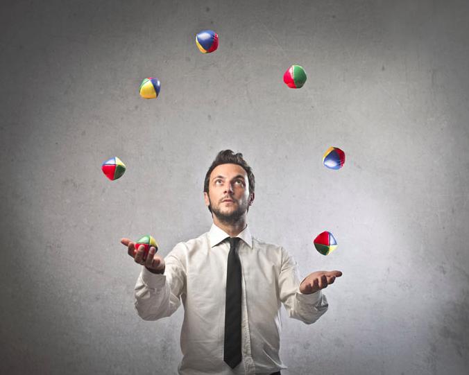 Žongliruoja spalvotais kamuoliukais